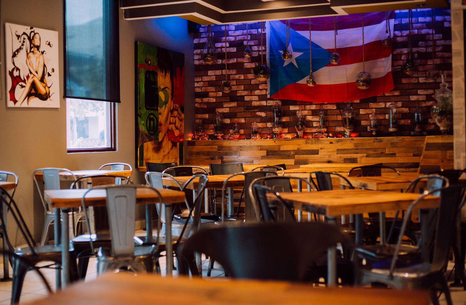 Inside view of a pizza restaurant in Caguas.
