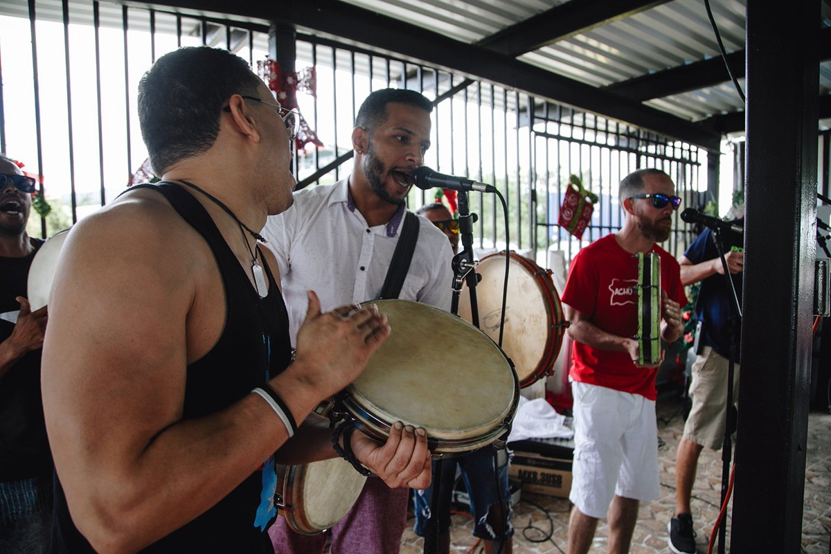 Men singing and playing pleneros.